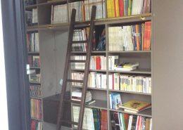 Roselier Agencement - Bibliothèques - Bibliothèque mélaminé taupe avec échelle en chêne massif - Design Studio Kompa