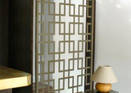 Roselier Agencement - Architectes sur-mesure - Cloison chêne plaqué avec moucharabieh en métal laqué - Design Studio Kompa