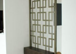 Roselier Agencement - Architectes sur-mesure - Console bois teinté sur moucharabieh - Design Studio Kompa