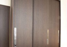 Roselier Agencement - Architectes-Sur-Mesure - Dressing avec portes coulissantes et prises de main finition chromée - Paris - Design Agence BR