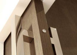 Roselier Agencement - Architectes-Sur-Mesure - Porte coulissante sur mesure dans cloison plâtre et poignées maréchal finition chromée - Paris - Design Agence BR