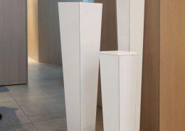 Roselier Agencement - Before - Supports de vente stratifiés blanc brillant- Habillage des murs en mélaminé chêne cérusé