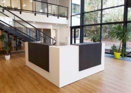Roselier Agencement - Comptoirs d'accueil - Banque d'accueil sur mesure - Stratifiés blanc et ton bois grisé foncé - AMCEN Caen