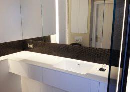 Roselier Agencement - Cuisines et Sdb - Laque blanche et Corian avec vasque intégrée - Neuilly - Design Galaktik