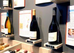 Roselier Agencement - Le Vin qui parle - Détail mural avec supports bouteilles
