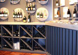 Roselier Agencement - Le Vin qui parle - Mural de vente sur mesure en bois et verre