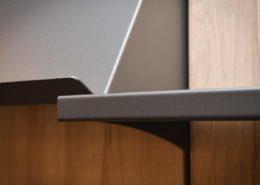 Roselier Agencement - Librairie de la Basilique de Lisieux - Détails tablettes en métal plié, finition granitée