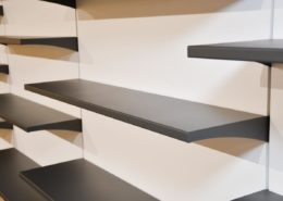 Roselier Agencement - Librairie de la Basilique de Lisieux - Détails tablettes en métal plié finition granitée