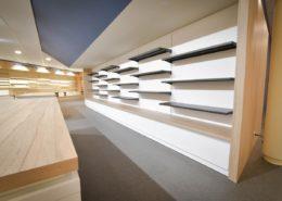 Roselier Agencement - Librairie de la Basilique de Lisieux - Tablettes métal sur mural avec tiroirs de stockage en partie basse