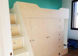 Roselier Agencement - Petits espaces - Lit sur mesure avec lit en hauteur avec escalier (contremarches amenagées avec des tiroirs) sur le côté, lit d'appoint en partie basse sur roulette, penderies et rangements avec portes sur charnières