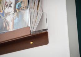 Roselier Agencement - Office Tourisme Beuvron en Auge - Détail supports prospectus en métal laqué et plexiglass