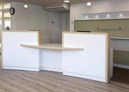 Roselier Agencement - Office Tourisme Lisieux - Banque daccueil - Stratifié blanc et chêne naturel