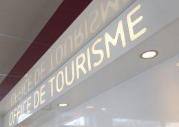 Roselier Agencement - Office Tourisme Lisieux - Détail logo - Stratifié et plexi diffusant engravé avec rétro-éclairage Led