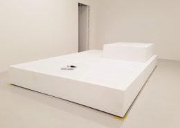 Roselier Agencement - Supports d'œuvres d'art - Socle de 6 mètres de long livré en trois parties, MDF a peindre - Galerie Perrotin mars 2018