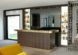 Roselier Agencement - Architectes sur-mesure - Vue d'ensemble projet bar en laiton brossé - Maison particulière - Design Studio Kompa