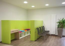 Roselier Agencement - Espace Entreprises - Espace détente enfants - Mélaminé vert pomme et chêne naturel clair - Cabinet dentaire - Deauville - Design Structure Réalisateur d'Espaces