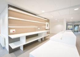 Roselier Agencement - Arrière bar avec tablettes équipées d'un éclairage Leds - Lycée Paul Cornu - Design Atelier d'Orchampt / Seel Laugeois